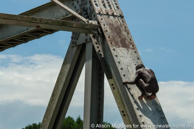 Uganda, crossing Kasinga Channel, boys playing on Katunguro Bridge